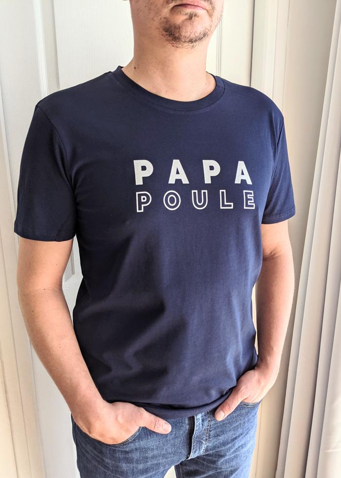T-shirt papa poule bleu marine, cadeau à offrir à un homme pour la fête des pères ou pour une naissance. Disponible pour tous les dad of one, dad of two, dad of three