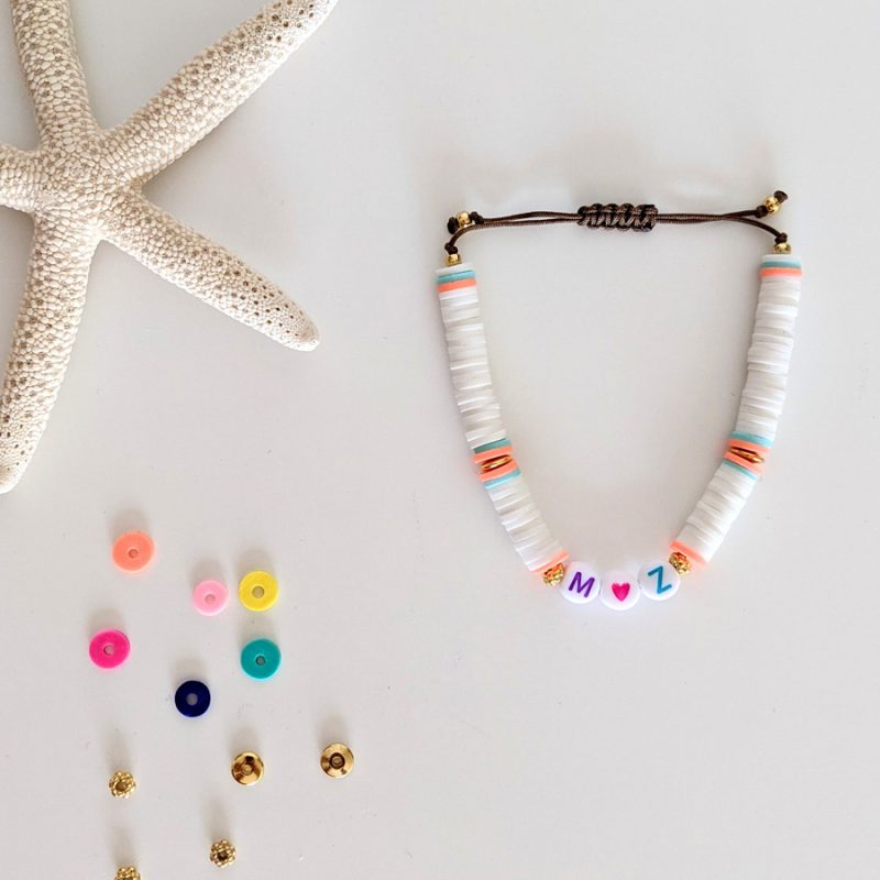 Bracelet banc corail Little Words Summer edition aux perles heishi et plaqué or, à personnaliser aux prénoms des vos enfants ou d'un mot mantra