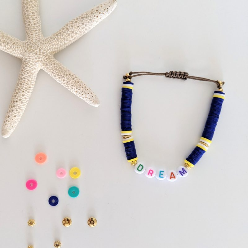 Bracelet bleu roi Little Words Summer edition aux perles heishi et plaqué or, à personnaliser aux prénoms des vos enfants ou d'un mot mantra