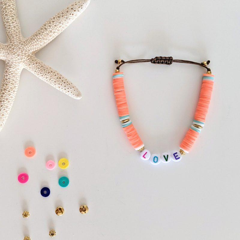 Bracelet orange corail Little Words Summer edition aux perles heishi et plaqué or, à personnaliser aux prénoms des vos enfants ou d'un mot mantra