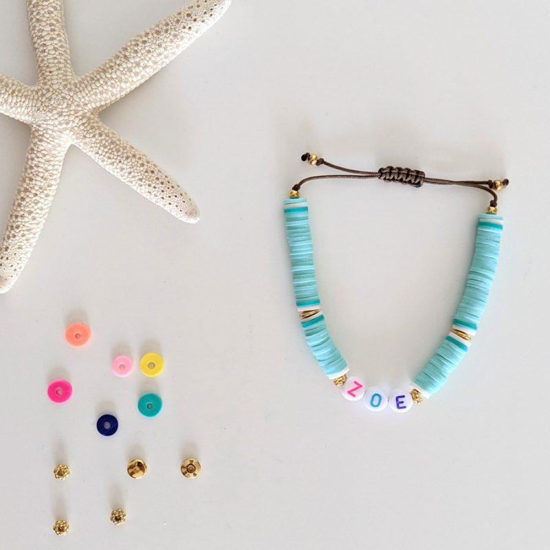Bracelet vert eau Little Words Summer edition aux perles heishi et plaqué or, à personnaliser aux prénoms des vos enfants ou d'un mot mantra