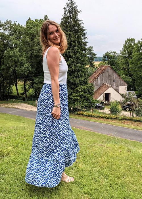Jupe Lily, jupe bleue fleurs blanches avec fente sur la cuisse