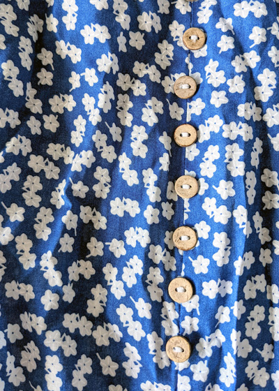Détails de la jupe Lily, jupe bleue fleurs blanches avec fente sur la cuisse
