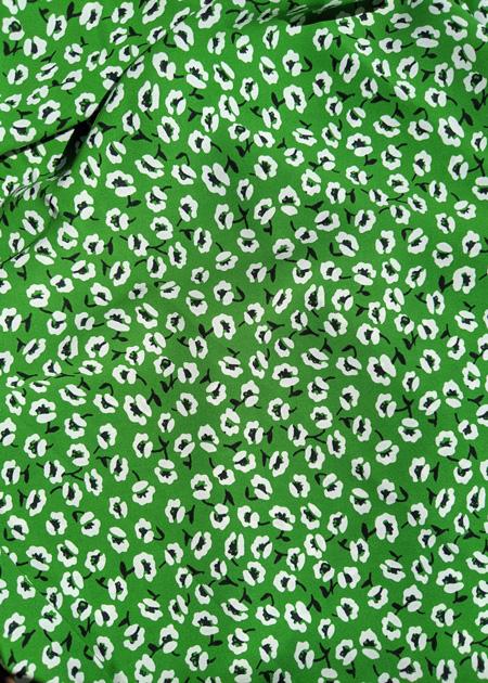 Détails de la jupe longue verte aux petites fleurs blanches, asymétrique et tendance